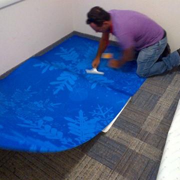 מדבקת ריצפה מיוחדת על שטיח למיתוג חדר תצוגה.jpg